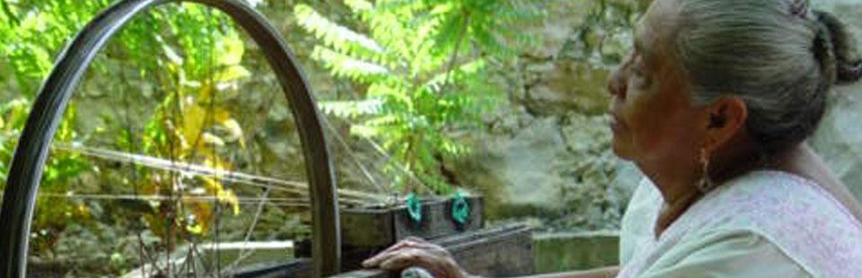 Tejedora de hamacas en Yucatán.