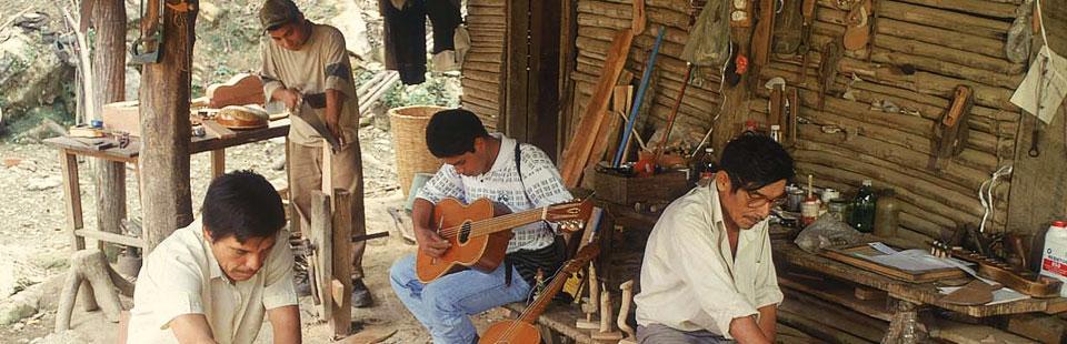 Familia Plácido Otilia. Instrumentos en madera. Tamazunchale, San Luis Potosí.
