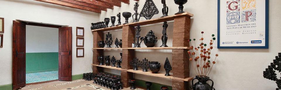 Taller  y exhibidor de barro vidriado en Santa Fe de la Laguna, Michoacán.