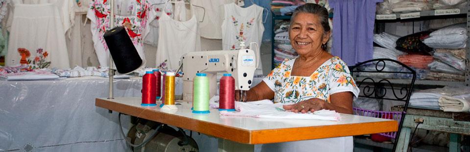 Ligia Pech Canché.  Taller de bordado a máquina en Izamal, Yucatán.