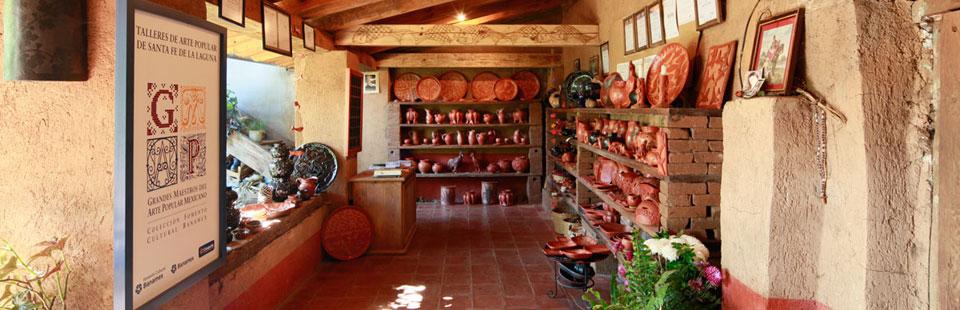 Exhibidor del taller de barro bruñido de Nicolás Fabián en Santa Fe de la Laguna, Michoacán.