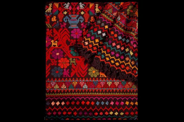 Manuela Cecilia Lino | Rebozo, 1996 | Lana teñida con tintes naturales, tejida en telar de cintura, bordada y empuntado a mano | Hueyapan, Puebla.